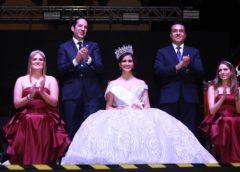 Coronan Luis Nava y Francisco Domínguez a Camila I como Reina de las Fiestas de Navidad